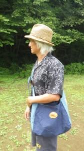 最近は、どこへ出かけるときもこの着物再生アロハである。