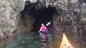 変化に富んだ海岸線は、洞窟や断崖絶壁などが続き飽きさせない。