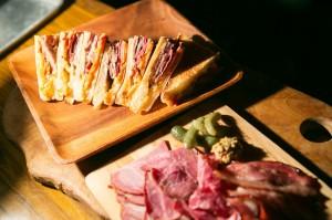 4種類の肉にチーズと特製ソースが絶妙にからむ。豪華にして美味。大満足。
