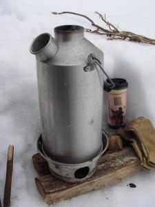 雪の上でも、燃焼率、熱効率のよさからすぐにお湯が沸く。 僕が使っているのは、直径185ミリ×高さ380ミリ、内容積約1400ミリリットル。