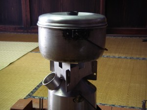ケリーケトルの上にごとくを置くことで、さらに鍋を置くことができる。これは大発見だ。