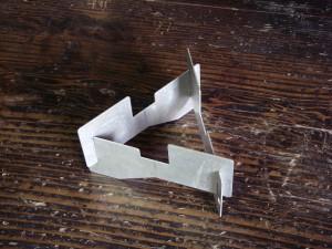当時(2007年)使用したごとくは、トランギア・アルコールバーナー用。3枚のアルミ板を組み合わせるだけのシンプルなやつ。