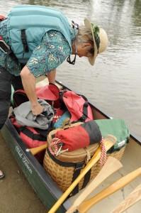 オープンデッキカヌーにインディアンバスケットを放り込み、これから2泊3日の川下り旅へ。