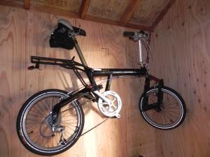自転車の一台(BD-1)を壁に吊るした。でかいS字フックを使って。