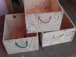 端材で作った8つ木箱。ジャンル別に分けたグッズを、これに収納して棚へ納める予定だ。
