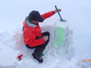 スノーハイクでは雪崩が起こるような急斜面には行かないけれど、雪の様子を知っておくのは雪山への理解を深める。弱層を知るため不凍液を雪面に。