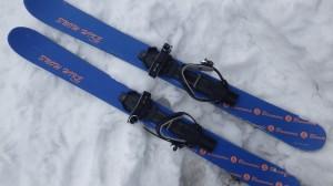 ブルーモリス/スノーハイク。どんなブーツにも装着できるビンディングが装着されている。長さは130cm。