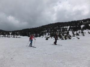 4月に入っても雪に覆われた山域がある。テレマークスキーは、そんな山をどこまでも歩いて行くための道具である。