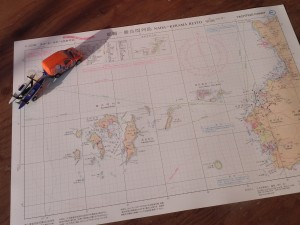 うっかり、海の地図にも手を伸ばしてしまった夜である。 アイランドホッピング(島から島への旅)や海峡横断で何度も訪れた沖縄の慶良間列島。シーカヤック旅をするなら、この「ヨッティング・チャート(ヨット・モーターボート用参考図)」が使いやすい。 いまの季節、この海域はザトウクジラであふれてる。カヤックからクジラを見る、というのは僕にとっては最高の愉悦だ。