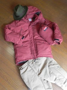ナンガ/タキビ・ダウン・ジャケット&パンツ。寝袋は、ナンガ+グランストリーム/焚き火繭(まゆ)365。焚き火旅の必需品である。