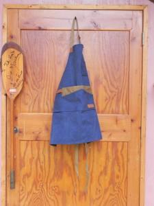 物置であり作業場でもある、わが「BIG PINK」のドアを開けると、まず目に飛び込むのが扉に吊ってあるこのエプロンだ(この写真では、扉の外に吊るして撮ったけど、実際は内側に吊っている)。