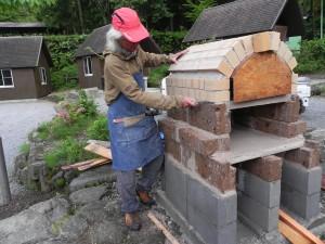 石窯作りに明け暮れている昨今である。
