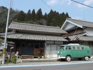 綾部市郊外の古民家を自分たちで改造したカフェ『夢のなかの家事』。