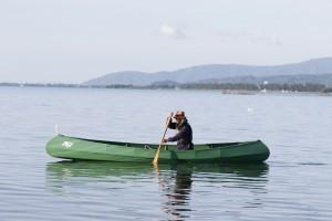 アリーのフォールディングカヌーをインディアンストロークで漕ぎ進める。琵琶湖にて。