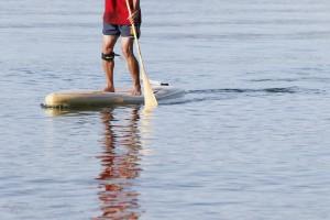 木製のEARTH SUPとの相性は最高。この組み合わせで湖上を歩くと、至福のひとときを過ごせる。