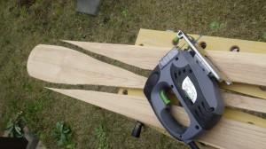 「バンドソーがあると楽なんだけどなぁ」とぼやきながら、ジグソーで切り進む。粘りのある木なので、ジグソーで切るのはかなりしんどい。