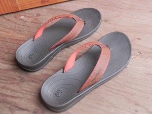 OUTSIDE Men's Bison(アウトサイド・メンズ・バイソン)。 このゴム草履(サンダルと言わず、あえてゴム草履と呼ぶけど)は、底が「スーパーフィート・インソール」同様の形状をしているので、歩きやすい。