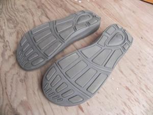 アウトソールは濡れた路面でも滑りにくい。ふつうのゴム草履は滑って転びやすいのだ(でも、それもまたゴム草履のいいところなんだけど)。