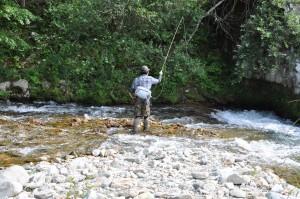 角田太郎は、フライロッドで川へ。