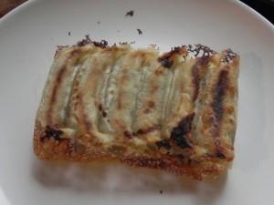 餃子を焼くのにホットサンドメーカーは最高だ。一人前ならゆったりと入れ、二人前ならぎっしり詰める。