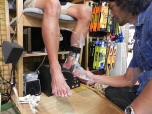 靴の中敷きを作る、というより、医療機関で施術をおこなってる感じだ。専門の技術をもった人しかできない作業だ。