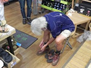 成形が終わったインソールを靴にあわせて切ってもらう。この作業も重要だ。そして、わが足と靴にフィットするインソールができあがる。
