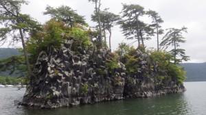 途中には、変な岩が。溶岩(玄武岩質安山岩)で、柱が積み重なったように見えるので、「柱状節理」と呼ばれてるそうな。