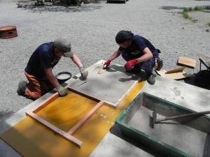 火床と窯上部の焼き床の2枚の板を、耐火性セメントを木枠に入れて造った。