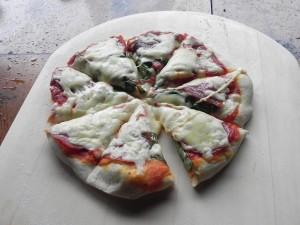 まずは石窯料理の定番。ピザを!