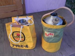 専用の収納袋が付属されているが、ぼくはこんなケースに入れて持ち運んでいる。右の『おじいちゃん』用のケースは、友人のまじさん(真島辰也)作。