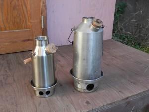 写真左が、ケリーケトル『孫』/トレッカー0.6L(ステンレス)。容量600cc。 右は、何年も使ってきた『おじいちゃん』1.6L。 イギリスのフィッシャーマンたちに、古くから愛用されてきた、という。