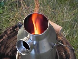 上昇気流が起きやすい煙突効果で、燃焼効率がいい。片手で握ることができるほどの数本の細い枯れ枝があれば、お湯が沸く。