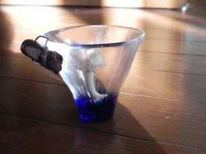 グラスのふちに引っかけるタイプは、小枝を取りつけてみた。