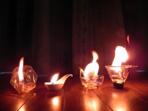 炎の大きさは、芯の太さと長さによる。小さな炎を楽しみたいなら、タコ糸を使えばいい。