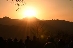 富士山をめがけて、太陽が沈んでいく。 多くの人が、カメラを構える。