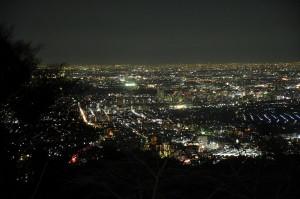 東京の夜景は、「化けもの」に見えることがある。毎夜、計り知れないエネルギーが放たれている。 スカイツリーや東京タワーも見える。