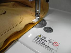 裾の内側に帆布を織り込んで、縫い合わせた。