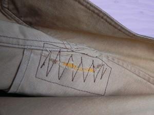 修理後の左肩は、こんな感じ。暴走する縫い目である。