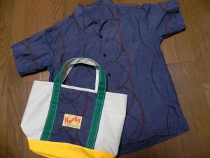 こちらも、着物再生アロハの生地を使ったトードバッグ。サイズは、左右約33センチ。中くらいのトートだ。