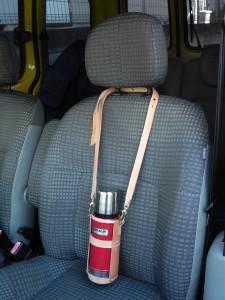 肩掛け用に長いストラップも作った。車移動時は、ここに自慢のハンドドリップ・コーヒーを満タンにしていく。