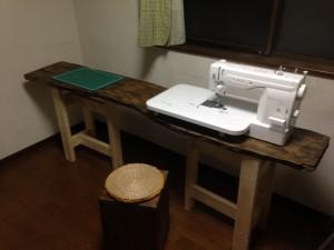 まずは、工房作りから。机を作り環境を整えた。こうすると、後戻りできないからね。 机の上には、メイド・イン・山形のミシン「ベビーロック/エクシムプロ EP9400LS 極(きわみ)」。