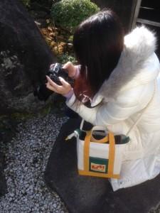 トートバッグスタイルの、帆布カメラバッグ。カメラのサイズに合わせたトートバッグを作り、ウレタンの衝撃材を入れ、さらにショルダーベルトを取りつけた。