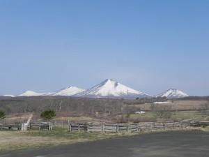 街では桜が満開だが、八甲田山塊には、まだまだ雪が残っている。バックカントリースキー旅のほんとうに楽しい季節は、これからだ。