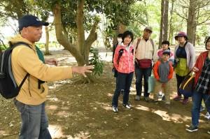 落ちている鳥の羽根を手に、川崎公夫は「これは、右手の外側に生えていた羽根だ」とその理由を説明。