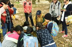 モグラ塚を前に、子どもたちは穴に手を入れる。「ついさっき、ここをモグラがとおったんだよ」と公夫。