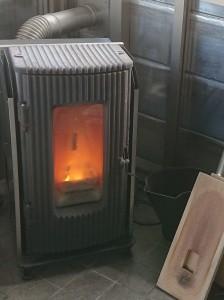 炎が見える暮らしを送りたいと思っているぼくは、ペレットストーブに首ったけなのだ。冬を迎える前に、煙突工事だな。