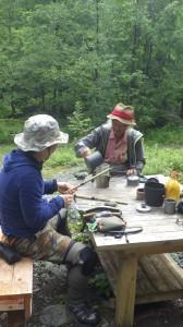 釣りにきたものの、イワナを釣ることだけが目的ではない。南アルプスのおいしい水で深煎りコーヒーを淹れる。至福のひととき。