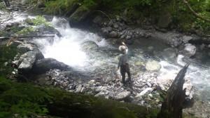 店長(上)も、太郎(下)も。野呂川に浸透していく。