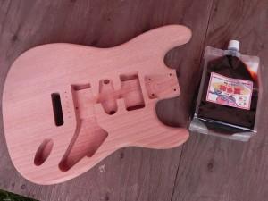 ストラトキャスター(エレキギター)のボディ(マホガニー)材を手に入れたので、柿渋で塗ることにした。世界初(たぶん)の柿渋ストラトキャスターを作るのだ。というわけで、柿渋漬けの日々を送っている。